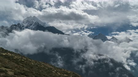 himalája : Beautiful clouds move in the Himalayan peaks. Time lapse. Nepal