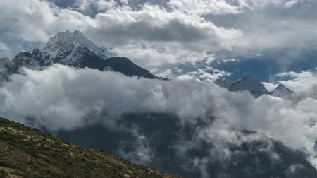 himalaia : Time lapse zoom out. Beautiful clouds move in the Himalayan peaks. Nepal