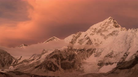 himalája : Evening sunset and clouds over Everest. Very beautiful evening light. Time lapse. Nepal