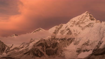 montanhismo : Evening sunset and clouds over Everest. Very beautiful evening light. Time lapse zoom out. Nepal
