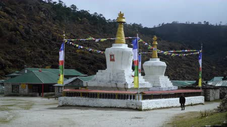 Тибет : The Buddhist stupa on the hiking trail to the base camp of Everest.