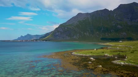 takımadalar : Flight over the sea coast of Norway. Sunny weather and beautiful views of the bay and the mountains. Lofoten Islands. 4k