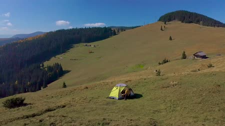 karpaty : Aerial - Flying around a tourist in tent on the mountainside. Beautiful nature the Carpathian Mountains. 4K