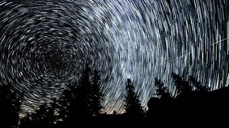 duch : Time lapse of Star trails in the night sky. 4K Dostupné videozáznamy