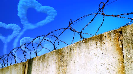 farpado : Heart-shaped cloud in the sky behind barbed wire