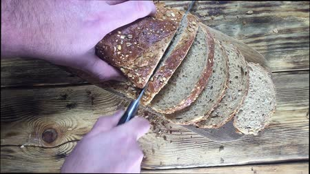 grzanki : Close up View. Sliced brown bread lies on a wooden cutting board Wideo