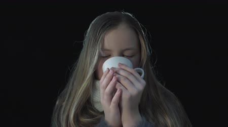 tosse : Portrait of a sick cute girl wearing a protective medical mask. Virus infection.