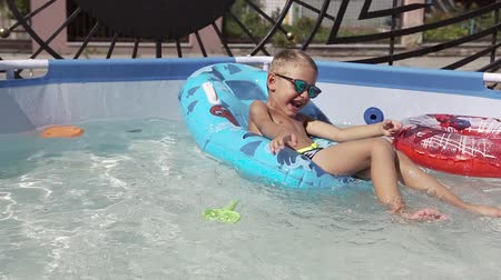 plavec : The boy is having fun swimming in the pool