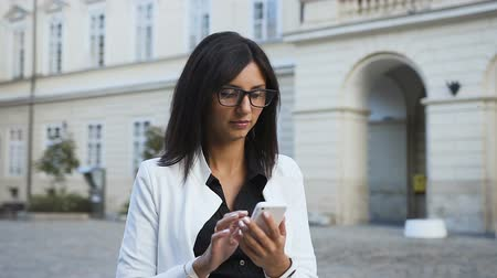 продавщица : Girl in glasses walks around the city and reads sms