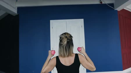vízforraló : Rear view. Fitness, sport, training and people concept - happy young woman exercising with pink dumbbells