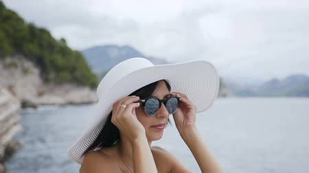 félrebeszél : Portrait of a girl face on vacation. Cute girl in sunglasses and hat on the beach. Holiday at sea. Summer vacation