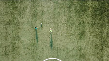 chutando : Drone shot of football training. Vídeos