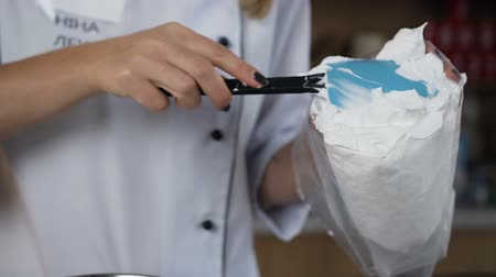 šlehačka : Confectioner hands putting sour cream into pastry bag. Dostupné videozáznamy