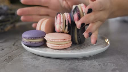 kaplanmış : Female chef hands putting macaroons into the plate. Stok Video