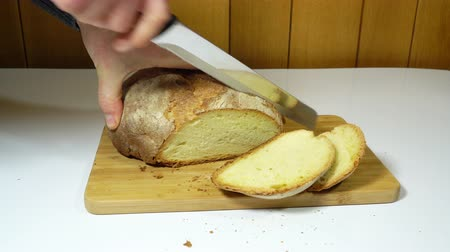 バゲット : Cut the bread on the table.