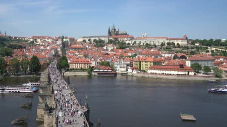 prag : tourists walk on the Charles bridge in Prague, Czech Republic