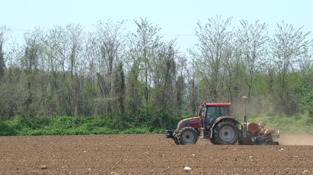 tırmık : a tractor while plowing a field at springtime Stok Video