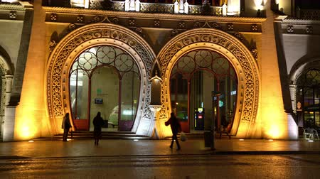 lizbona : A view of the facade of Rossio railway station by night in Lisbon, Portugal Wideo