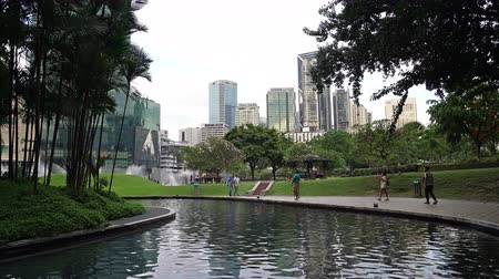 the lake through the trees of the KLCC park in Kuala Lumpur, Malaysia Wideo