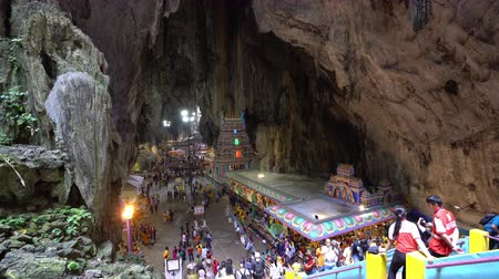fiel : Kuala Lumpur, Malaysia. January 2019. the great cave with the faithful in the temples in Batu Caves Stock Footage