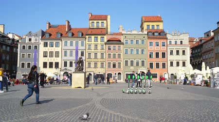 çatılar : Warsaw, Poland. April 2019. Panoramic view of Rynek Starego Square Stok Video