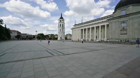 litvánia : Vilnius, Lithuania. May 2019. the time lapse of the large square in front of the citys cathedral