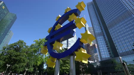 немецкий : Frankfurt, Germany. July 2019. The Symbol of the Euro monument in front of the Eurotower