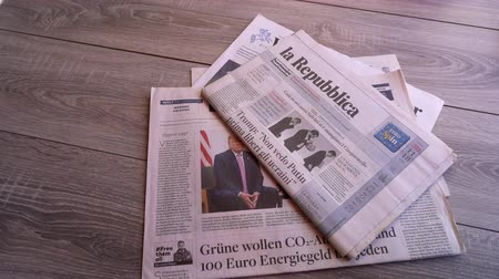 основной : Frankfurt am Main, Germany. June 29, 2019. Some international newspapers on a wooden table Стоковые видеозаписи