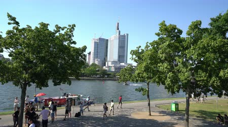 немецкий : Frankfurt, Germany. July 2019. the view of the people on the river bank Main