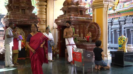 szentelt : Singapore. January 2020. the faithful praying inside the Sri Krishanan temple Stock mozgókép