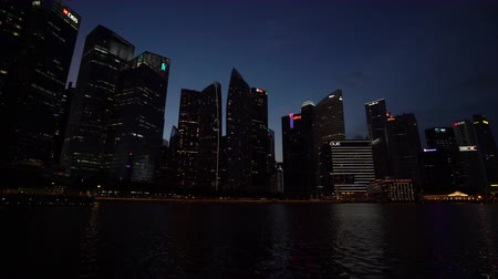 waterrad : Singapore. Januari 2020. weergave van wolkenkrabbers in Marina Bay in nachtverlichting