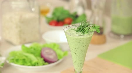 nutrição : Chef is Decorating a Glass of Green Vegetable Smoothies with Herbs and Red Chili Pepper HD