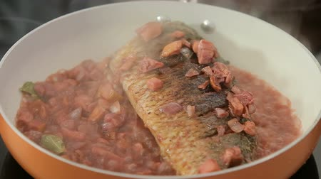 cozido : Stewing carp in a pan