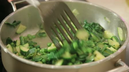 kavurma : Steaming green vegetables in a pan
