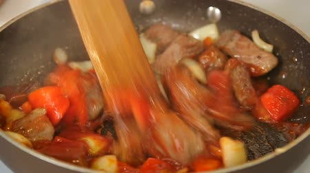 gulasz : Cooking goulash beef stew with vegetables in a pan