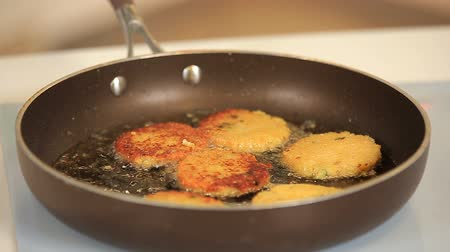 formado : Chef is frying veggie burgers on a pan
