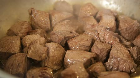 gulasz : Stewing cubes of beef in a casserole