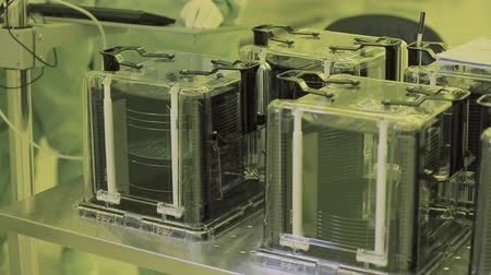 invenção : close up. nano microchip production technology. microprocessor. sterile atmosphere clean zone. high-tech production. Vídeos