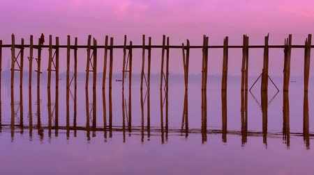 cena de tranquilidade : Long wooden bridge U bein near Mandalay Burma.