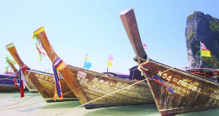 destinace : Traditional wooden long tail boats on sea shore of tropical island near Phuket. Popular travel destination Dostupné videozáznamy