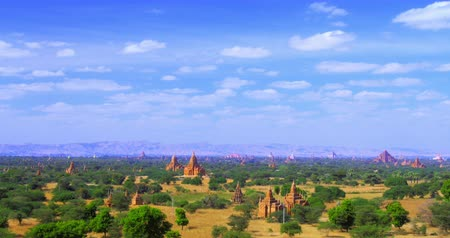 mianmar : Time lapse of moving clouds over ancient temples and Buddhist pagodas of Bagan in Myanmar Burma. Beautiful panoramic view of famous Asian tourist landmark and popular travel destination Stock mozgókép