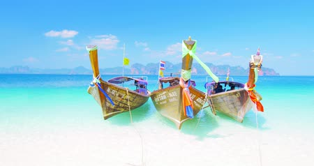 paraíso : Tropical paradise view with wooden thai boats on sea shore with white sand beach and crystal clear water at sunny summer day near famous vacation resort Phuket and Krabi