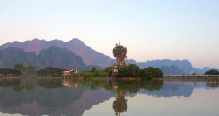 budismo : Kyauk Ka Lat Buddhist Pagoda near Hpa-an in Myanmar Burma. Famous landmark and travel destination in Asia