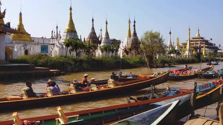 budist : Tourists on famous Burmese site with Pagodas and temples in traditional village at Inle Lake - Myanmar, Burma Stok Video