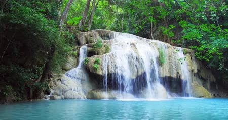 падать : Exotic landscape with idyllic waterfall in tropical rainforest of Thailand. Erawan national park, Kanchanaburi