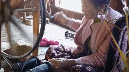 têxtil : Burma Textile Factory. Inle lake tourist village in Myanmar. Woman spins yarn in textile production shop.