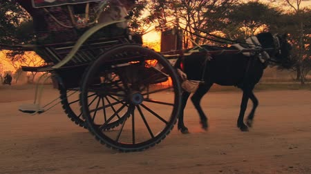 тянущий : Traditional wooden horse cart in Bagan Myanmar Burma. Popular tourist travel destination