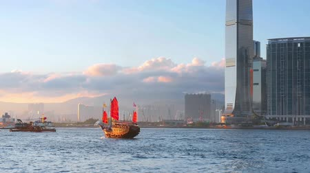 барахло : Red sail traditional junk boat in Hong Kong harbor and urban Asia architecture