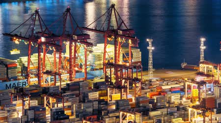 importação : Global freight shipping and export with cranes loading cargo in commercial container port in Hong Kong