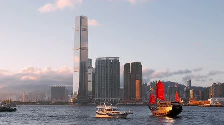 Виктория : Wooden sailboat in Hong Kong harbor at evening twilight. Asia landmark cruise